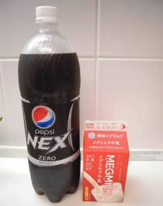 コーラと牛乳を混ぜると分離する!?その理由とは?
