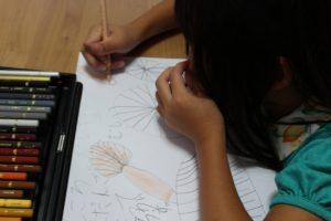 理科の自由研究で勉強している女の子