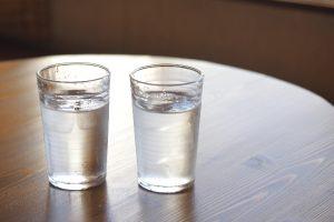 水が入ったコップとカップ