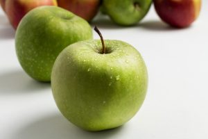 美味しそうな青りんごの画像